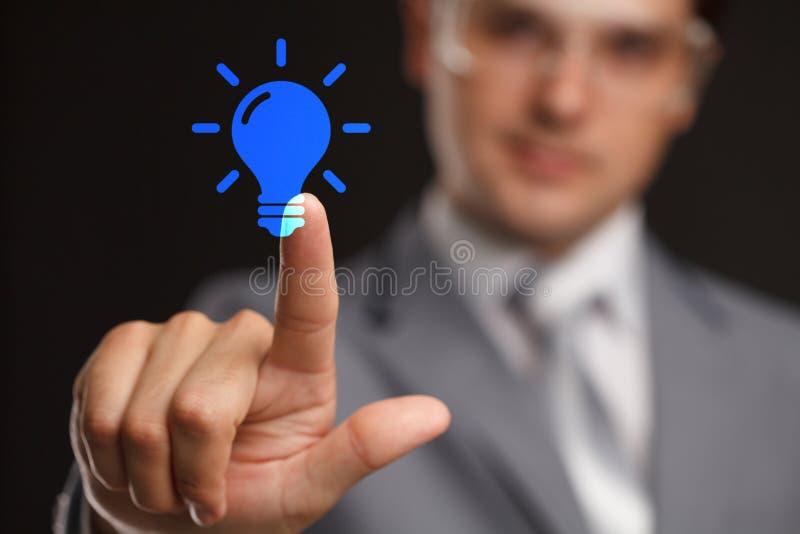 企业、技术、互联网和网络概念-按想法的商人在虚屏做金钱按钮 库存图片