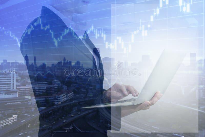 企业与妇女办公室人的工作概念使用膝上型计算机和多重曝光与图表股票 免版税库存照片