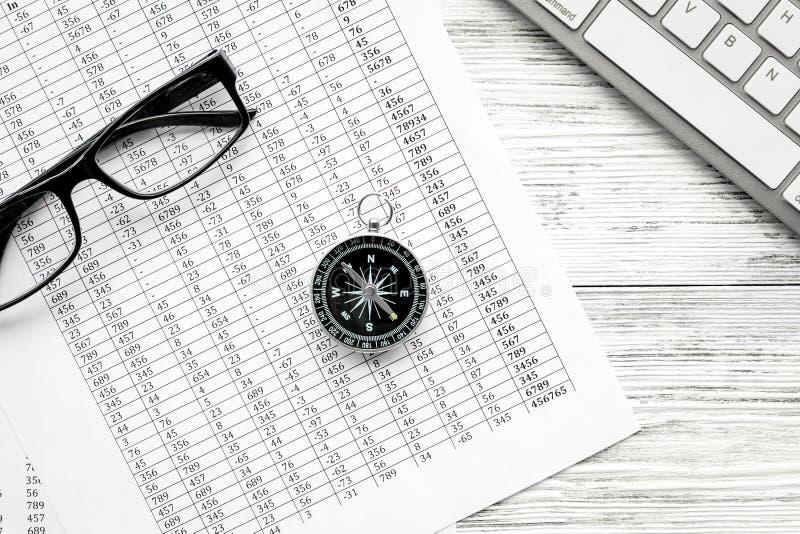 企业与指南针、文件、键盘和玻璃的方向和企划概念在灰色木背景 免版税图库摄影
