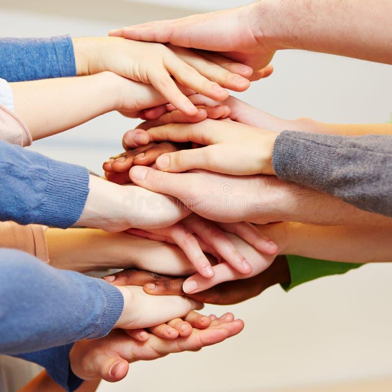 企业与许多的小组合作 库存照片