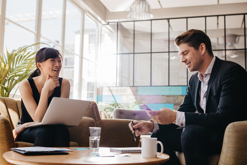 企业专业会议在现代办公室大厅  库存图片