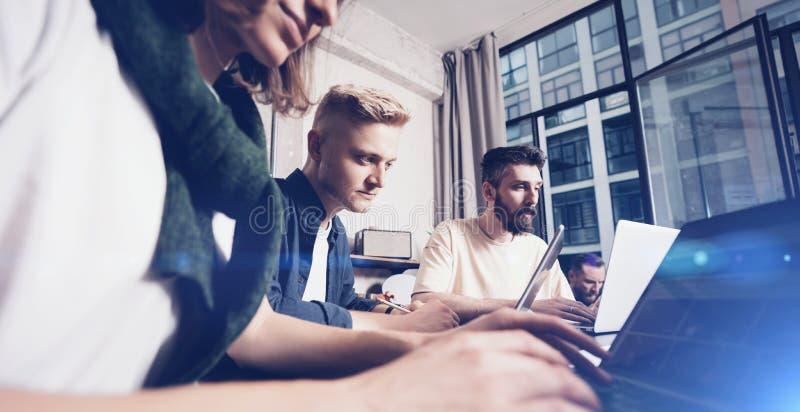 企业专家在运作的片刻 分析数据的小组年轻确信的coworking的人民使用计算机一会儿 免版税库存照片