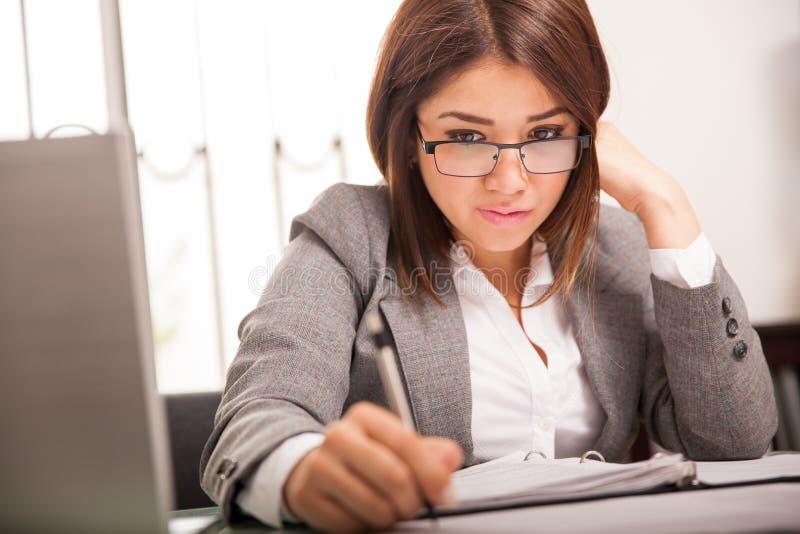 企业严重的妇女工作 免版税库存照片