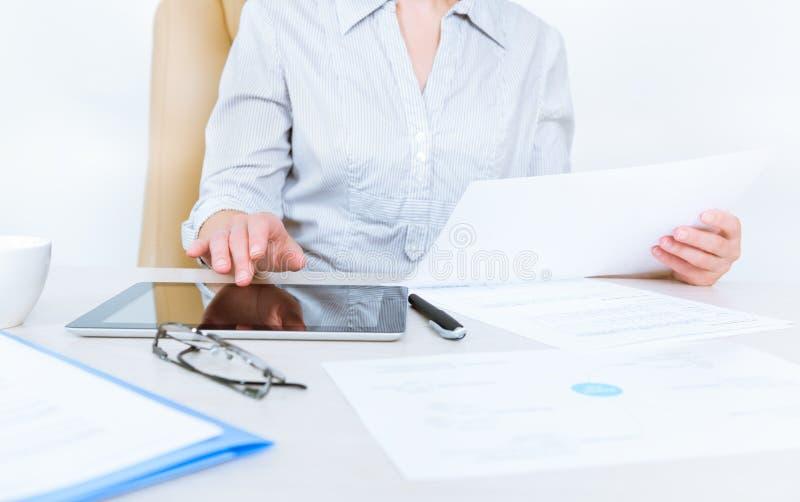 企业人与文件一起使用 库存图片