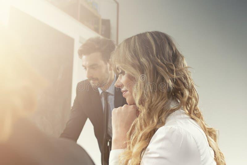 企业人在一次会议期间在办公室 免版税库存照片
