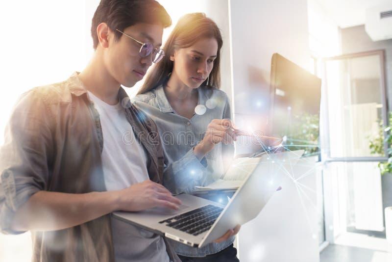 企业人在互联网连接的办公室 新运作公司的概念 库存照片