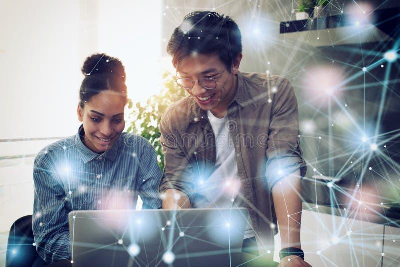 企业人在互联网连接的办公室 新运作公司的概念 免版税库存图片