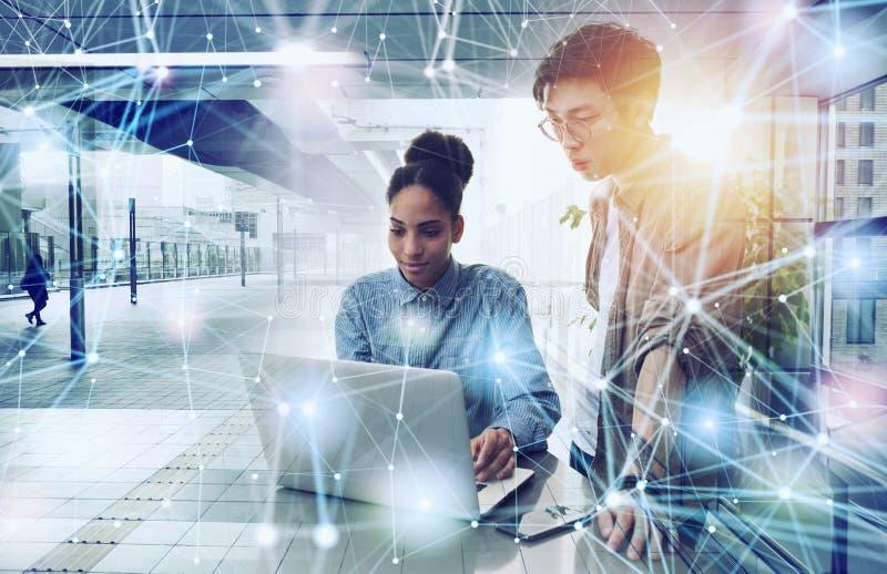 企业人在互联网连接的办公室 新运作公司的概念 r 图库摄影
