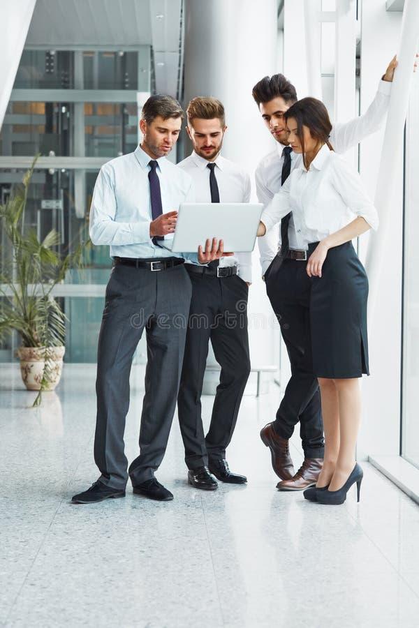 企业例证JPG人向量 成功的商务伙伴谈论项目 免版税库存照片
