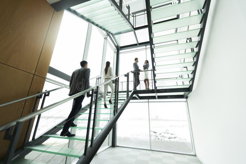 Download 企业例证JPG人向量 库存图片. 图片 包括有 生意人, 玻璃, 户内, 当代, 步骤, 人们, 都市, 上升 - 72357743