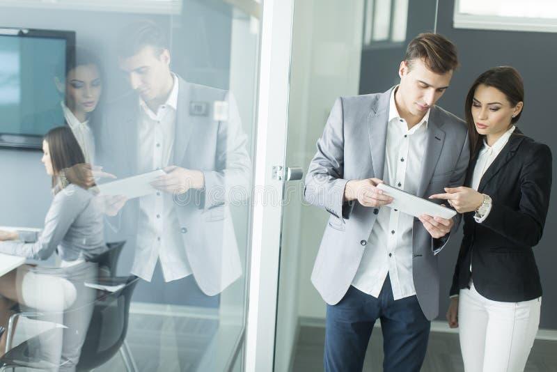 Download 企业例证JPG人向量 库存照片. 图片 包括有 一起, 人们, 技术, 交谈, 专业人员, 商业, 片剂 - 72358996