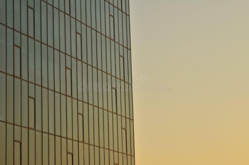 企业修造的玻璃墙,日落 库存照片