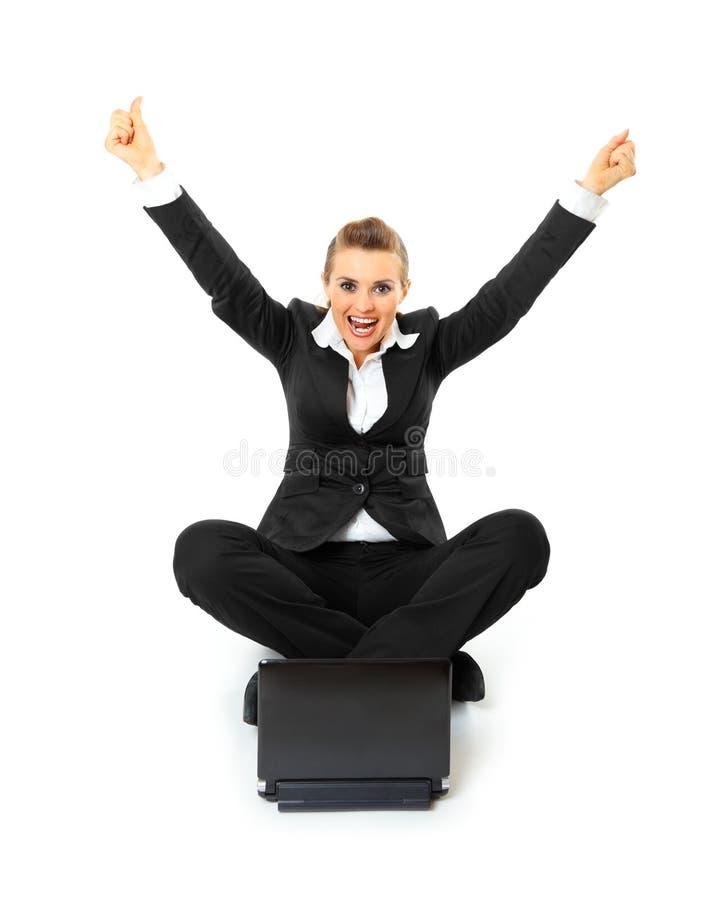 企业兴奋膝上型计算机妇女工作 免版税库存图片