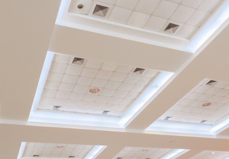 企业内部办公楼和光氖天花板石膏  与拷贝空间的样式黑白照片 库存图片