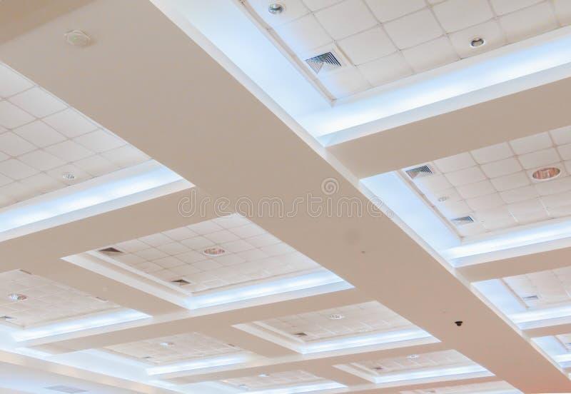 企业内部办公楼和光氖天花板石膏  与拷贝空间的样式黑白照片 免版税库存图片