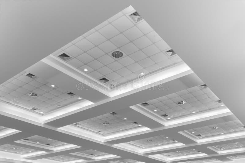 企业内部办公楼和光氖天花板  与拷贝空间的样式黑白照片增加文本 免版税库存图片