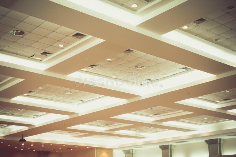 企业内部办公楼和光氖天花板  葡萄酒与拷贝空间的样式口气增加文本 免版税库存图片