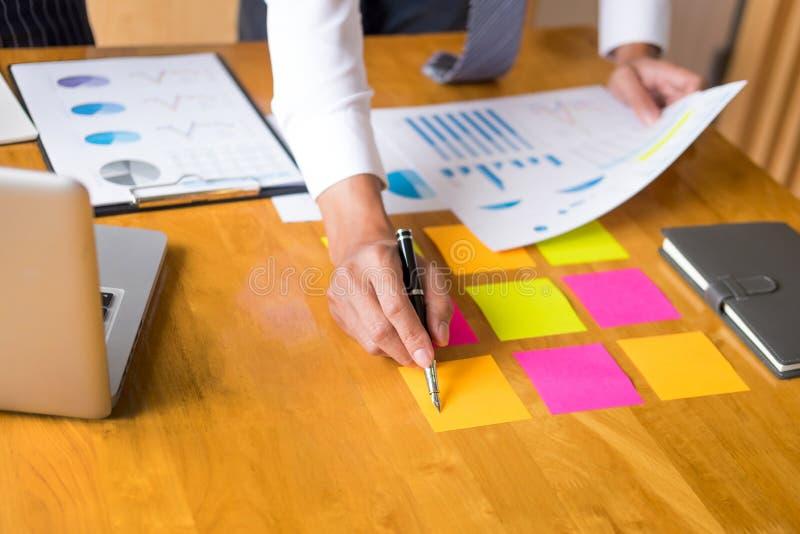 企业分析收入图文件的队数据在讨论时解释战略会议 在起始的项目配合 免版税图库摄影