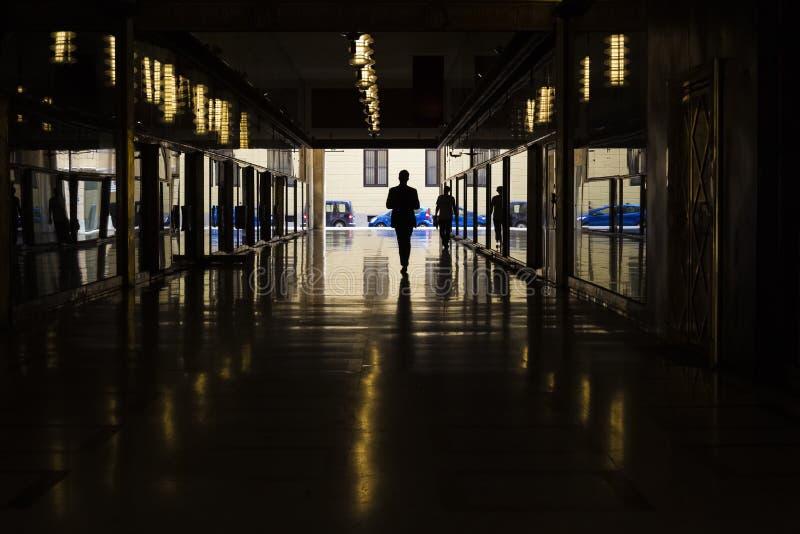 企业剪影隧道、反射和光,米兰,意大利 库存照片