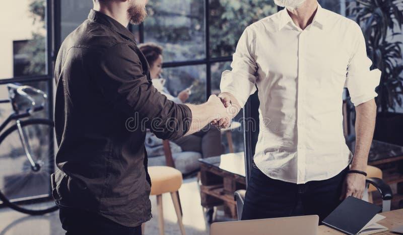 企业合作握手的概念 特写镜头照片两businessmans握手过程 在伟大以后的成功的成交 免版税库存图片