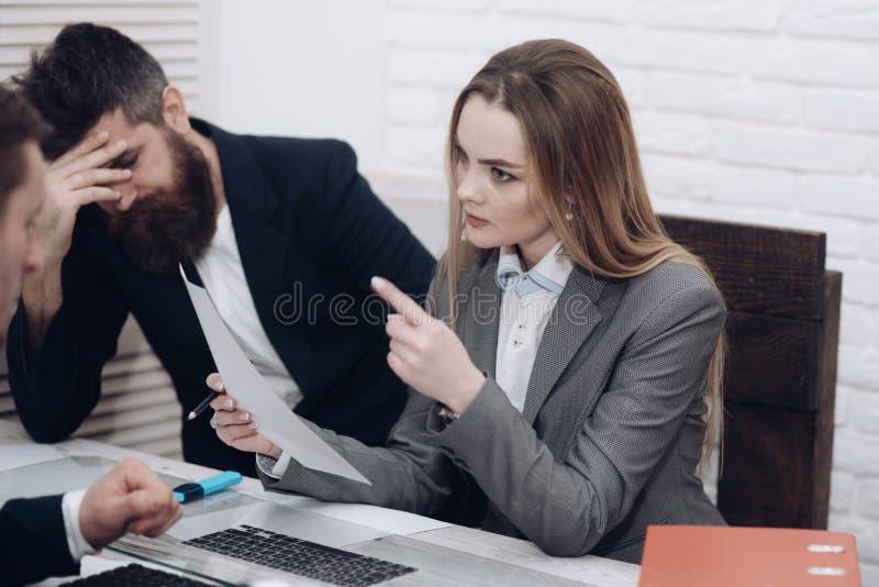 企业同事在会议,办公室背景上 办公室环境概念 夫人组织工作的经理尝试 免版税库存图片