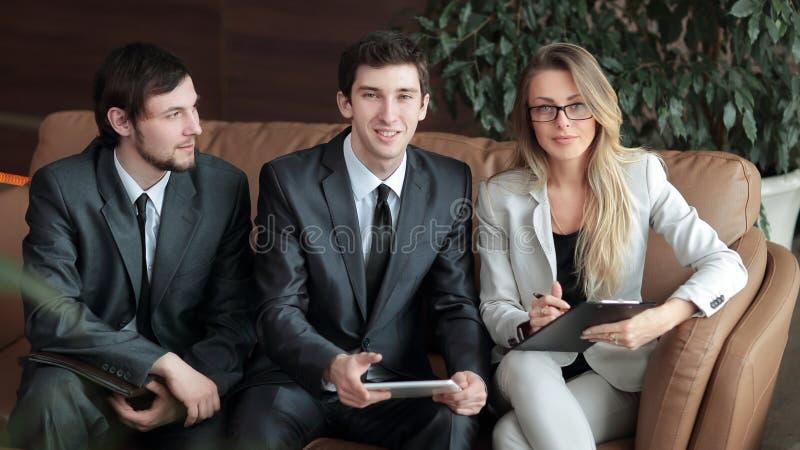 ?? 企业同事在办公室的大厅谈论坐 免版税图库摄影