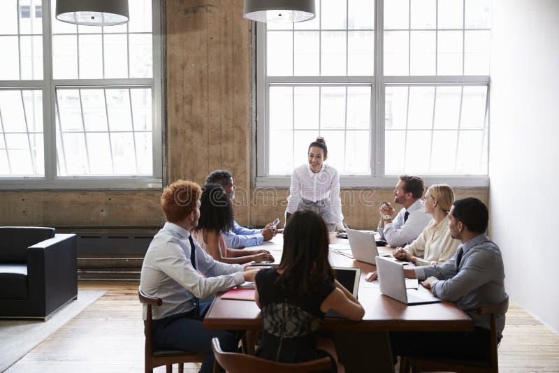 企业同事在看对女性经理的会议上 免版税库存图片