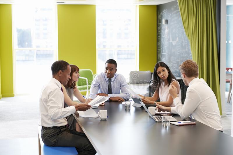 企业同事开一次非正式会议在工作 库存照片