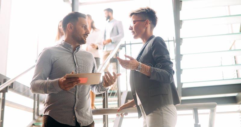 企业同事有交谈在咖啡休息期间 免版税库存图片