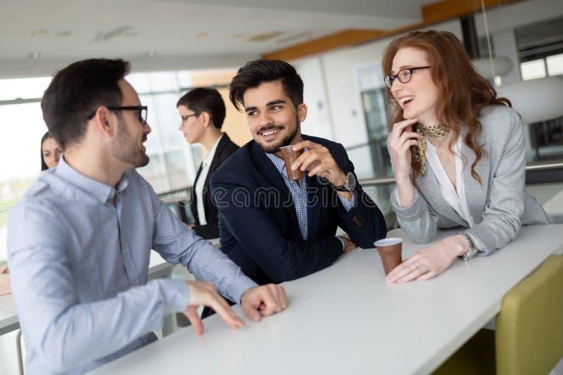 企业同事有交谈在咖啡休息期间 免版税库存照片