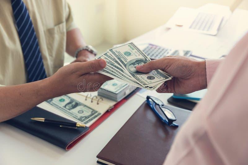 企业和财务概念,捐钱的商人的手给他的伙伴 图库摄影