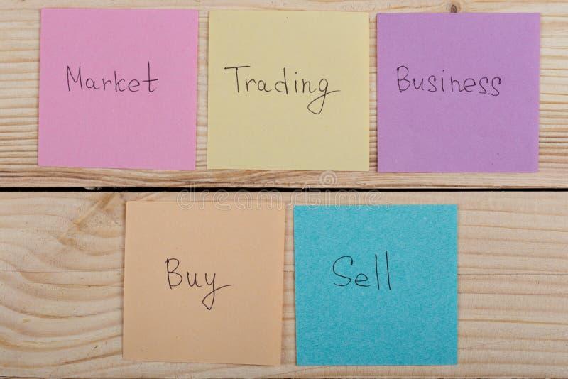 企业和贸易概念-与词的五颜六色的稠粘的笔记买,事务,市场,贸易,出售 库存照片