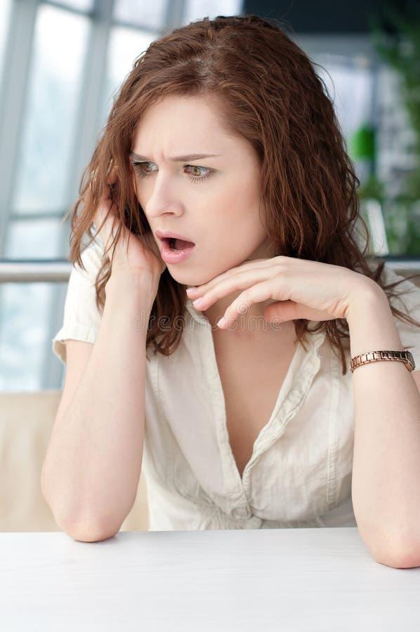企业咖啡馆情感电话妇女 免版税库存图片