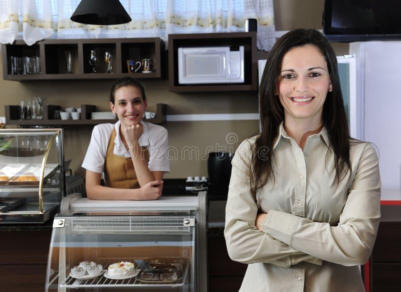 企业咖啡馆责任人小的小组女服务员 免版税库存照片