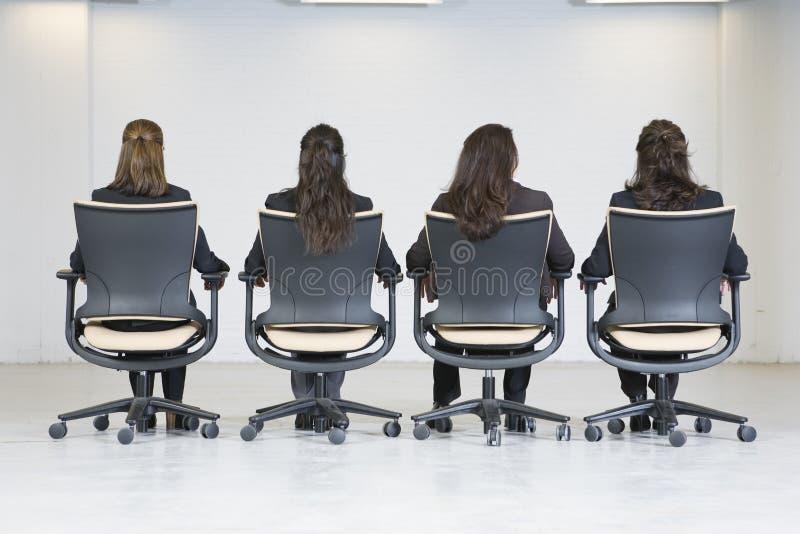 企业四办公室后方坐的视图妇女 免版税图库摄影