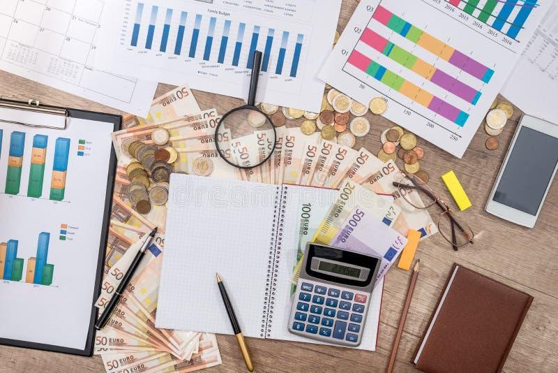 企业图表,欧洲金钱笔,放大镜计算器 免版税图库摄影