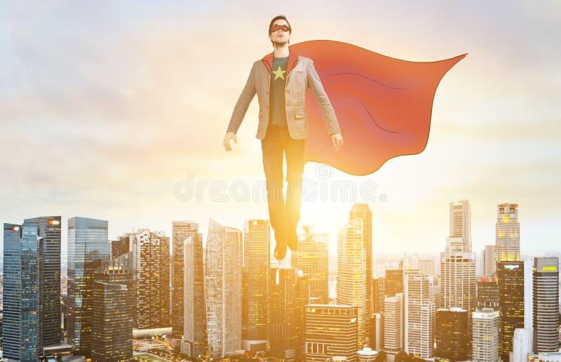 企业在城市地平线的特级英雄翱翔 图库摄影