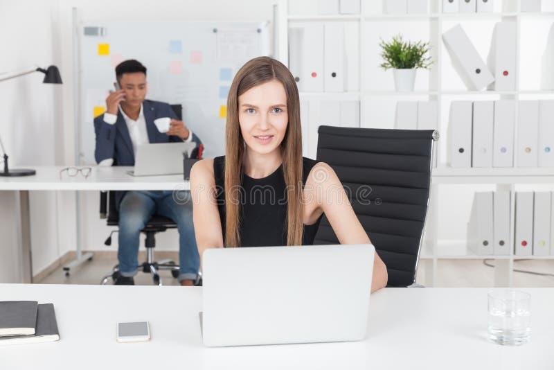 企业夫人在办公室 免版税库存照片