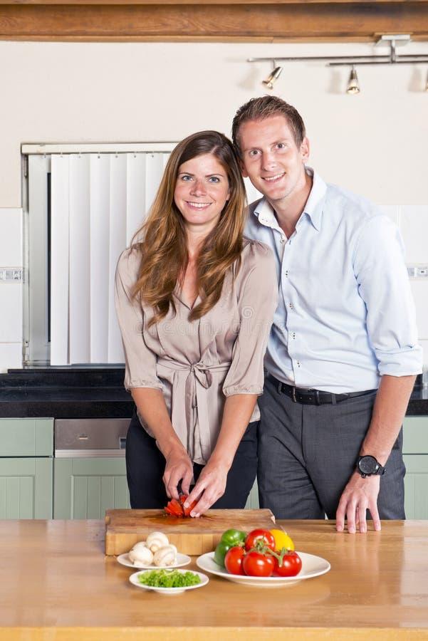 企业夫妇在厨房里 库存图片