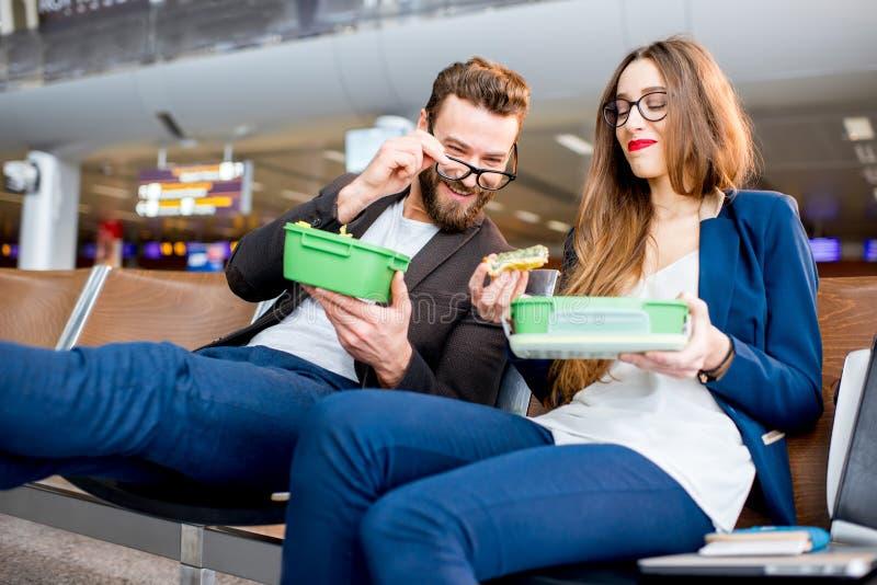 企业夫妇在机场 免版税图库摄影