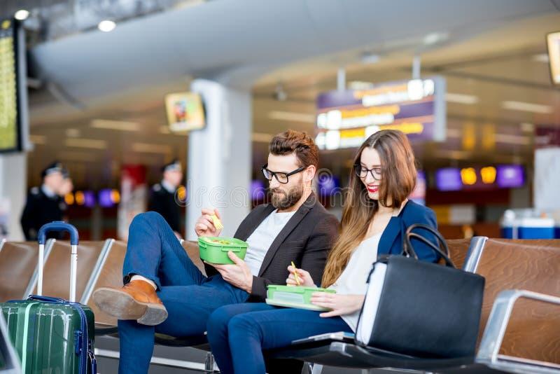 企业夫妇在机场 免版税库存照片