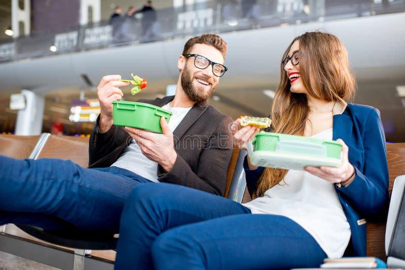 企业夫妇在机场 免版税库存图片
