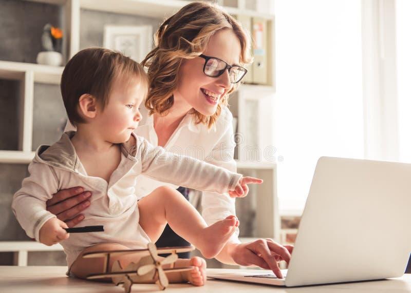 企业妈妈和男婴 库存图片