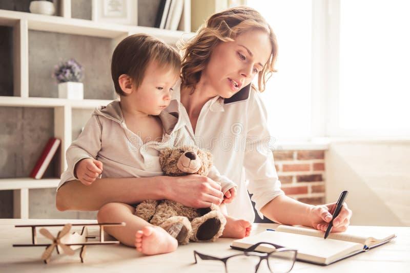 企业妈妈和男婴 免版税库存图片