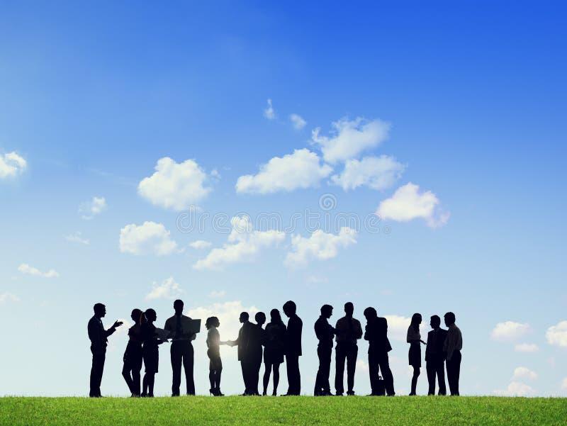 企业室外队配合合作支持概念 免版税库存图片