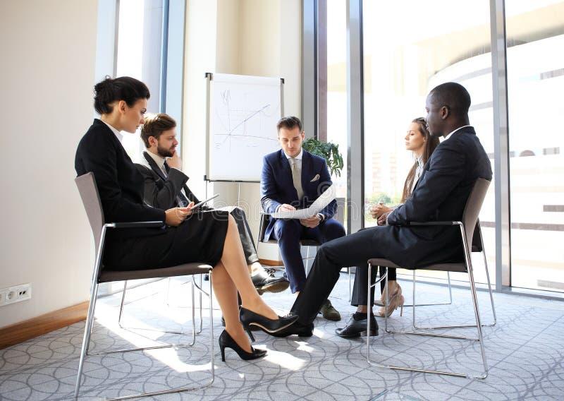 企业家和商人会议在现代会议室 免版税库存图片