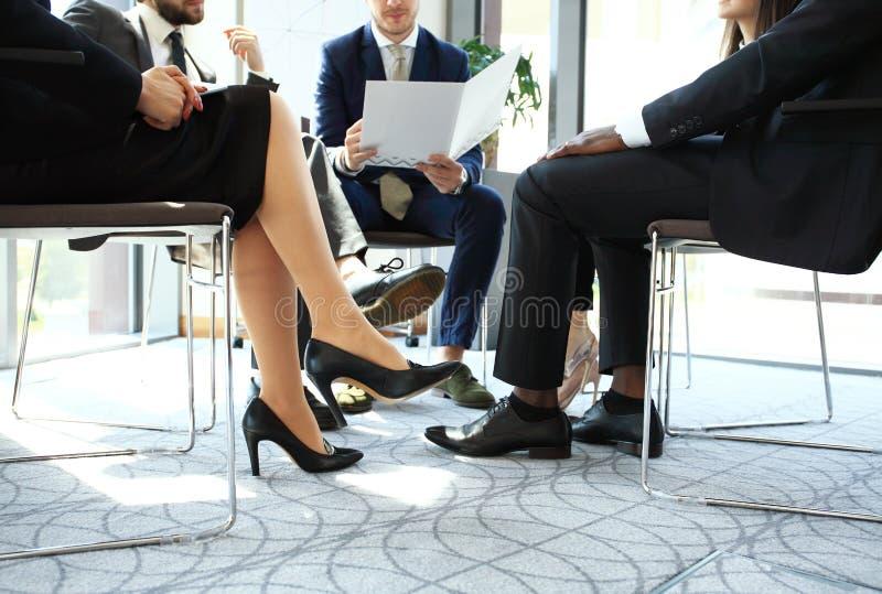 企业家和商人会议在现代会议室 图库摄影