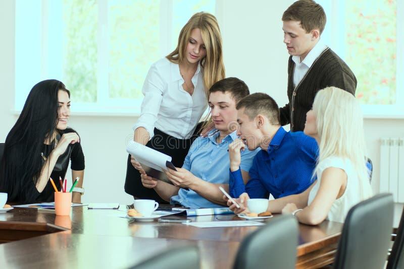年轻企业家在一个业务会议上在办公室 库存照片