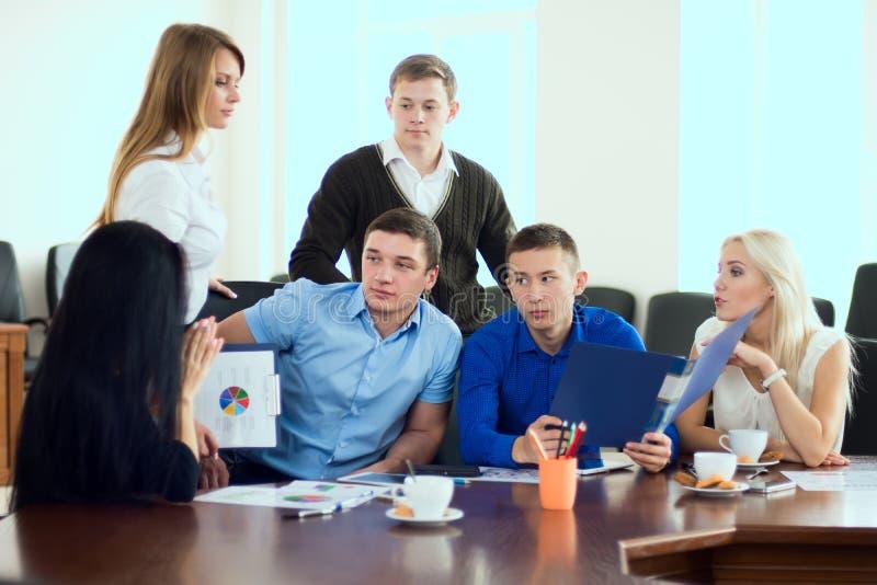 年轻企业家在一个业务会议上在办公室 免版税库存照片