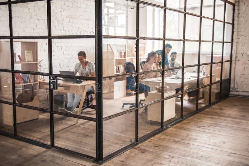企业小组运作的年轻人 免版税库存图片